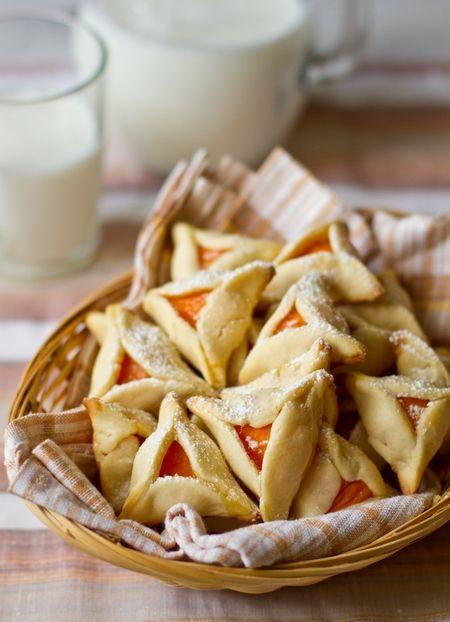 Сегодня я делюсь с вами очередным рецептом из обещанной пачки абрикосовых вкусностей. Печенье простейшее по ингредиентам, но при этому очень вкусное - особенно если вы купите ароматные абрикосы. Если ягоды покажутся вам недостаточно сладкими, вы можете добавить в начинку немного сахара для более сильного вкуса.Не в сезон вы можете приготовить аналогичное печенье с абрикосовым вареньем [...]