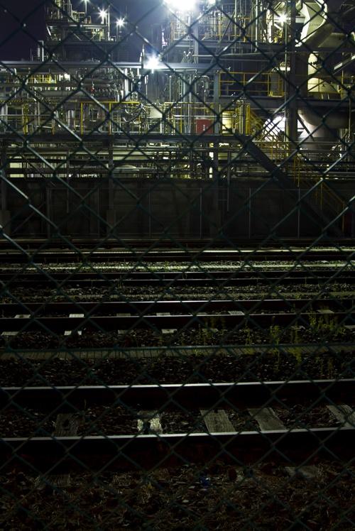 線路と夜の工場  / Free Stock Photos