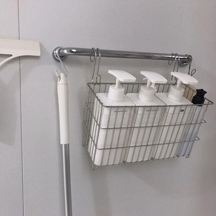 ・ ・ #浴室 ・ ・ ずーっと壁付の棚のことが気になってて さんざん迷った挙句(笑) 無印良品に落ち着きました これで三段あったラックが一段だけになってくれた ・ ・ バスチェア座ってても そのまま手を伸ばして使えるし ぶれないフックはホントにブレなかった(笑) ・ ・ このシャンプーボトルは使用して3年ほどのお気に入り✨ 汚れにくくて 洗いやすく、乾きやすく、詰め替えやすい ポンプ部分が大きいので片手でも出しやすい〇 (楽天room載せてます←w) ・ ・ 薄暗い浴室からすいません 最終無印良品に落ち着くっていう… 私的あるある。 ・ ・ マグネットと吊し上げる事が好きすぎる ・ ・