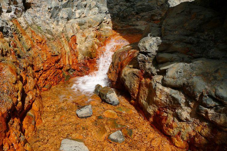 IJzer kleurt het water van de Cascada de los Coloures oranje