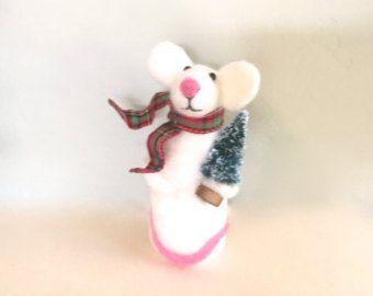 Deze naald vilten kerst White muis zal maken een uniek cadeau. Waarschijnlijk wil je het voor jezelf houden. :) Ik vervaardigde het beeldje met behulp van de kunst van naald vilten. De muis is schattig en lief schattig als een knop.  Het beeldje is 4,75 hoog. Het werd opgericht in rookvrij milieu  Voor meer cool stuff, bezoek mijn winkel: https://www.etsy.com/shop/Felt4Soul Dank u