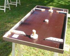 Le Hockey sur table Dimensions : plateau de +/- 120 cm sur 60 cm. Nombre de joueurs : 2 joueurs. But du jeu : Faire glisser, grâce à des « joystick s» le palet dans le but de l'adversaire. Le premier joueur ayant marqué 10 buts remporte la partie.