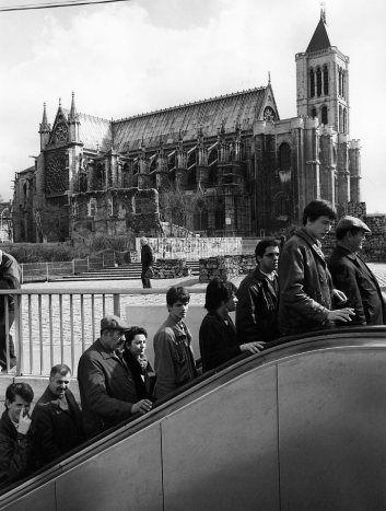 Métro Saint-Denis Basilique 1986--Robert Doisneau