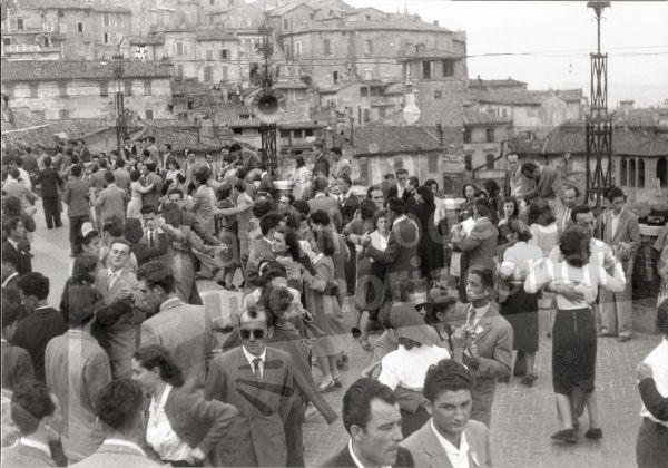Pomeriggio danzante alla Terrazza del mercato coperto (from Archivio Memoria Condivisa)