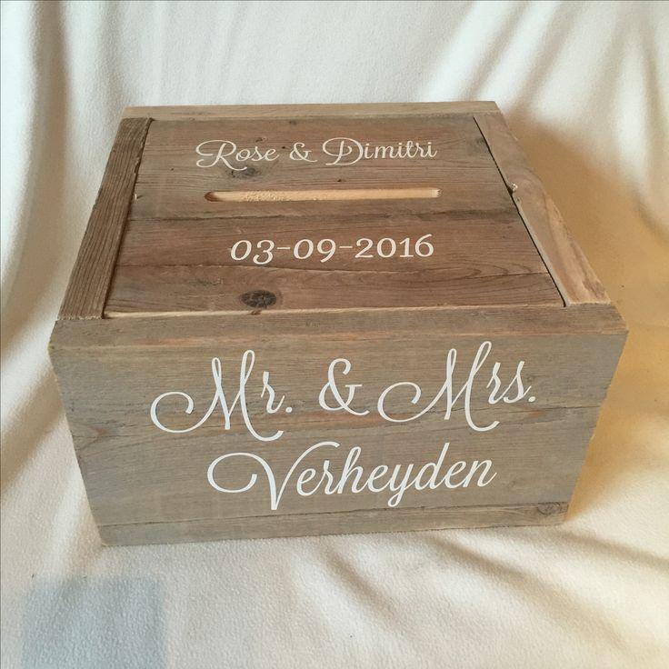 De enveloppendoos heeft een afmeting van 40x40x23 cm en is gemaakt van steigerhout. Deze versie is van gebruikt steigerhout en heeft gepersonaliseerde teksten. Willen jullie ook een eigen #enveloppendoos. Ze zijn te bestellen op www.belevenisopjebruiloft.nl #enveloppendoos #bruiloft #huwelijk #wedding #trouwen #trouwartikelen #trouwaccessoires #memorybox