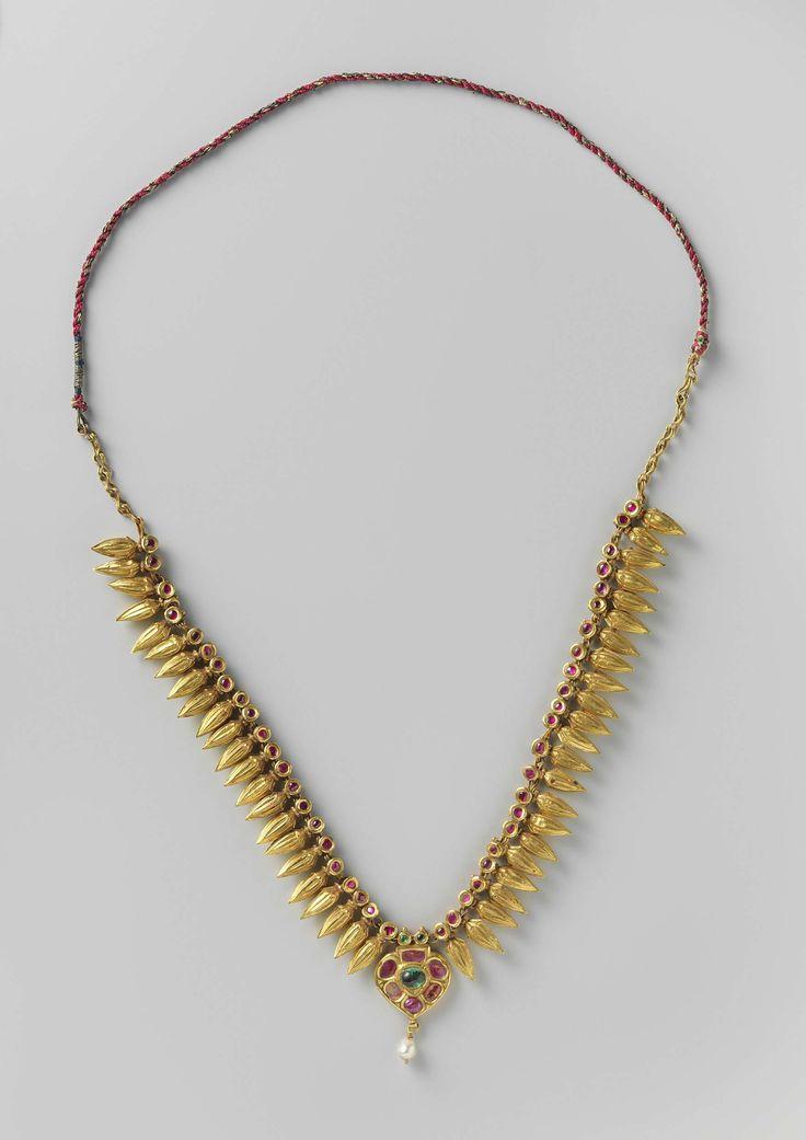 anoniem | Halsketting (champakali), anoniem, ca. 1750 | Een halsketen (champakali) van goud. In het midden een hartvormige hanger, ingelegd met rode en groene steentjes, waaraan een parel hangt. De ketting bestaat uit gouden kralen in de vorm van een gouden oog met een ingelegd rood steentje, waaraan een gouden gerstekorrel hangt.
