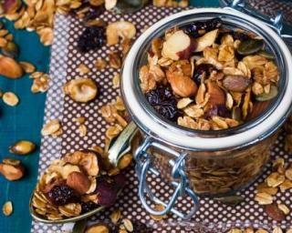 Granola fait maison aux flocons d'avoine, raisins secs, amandes et noisettes : http://www.fourchette-et-bikini.fr/recettes/recettes-minceur/granola-fait-maison-aux-flocons-davoine-raisins-secs-amandes-et-noisettes