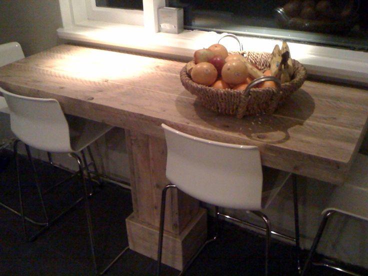 Ook al is je keuken niet zo groot. Wij bedachten een stoere steigerhouten bartafel met ruimte voor 4 personen.
