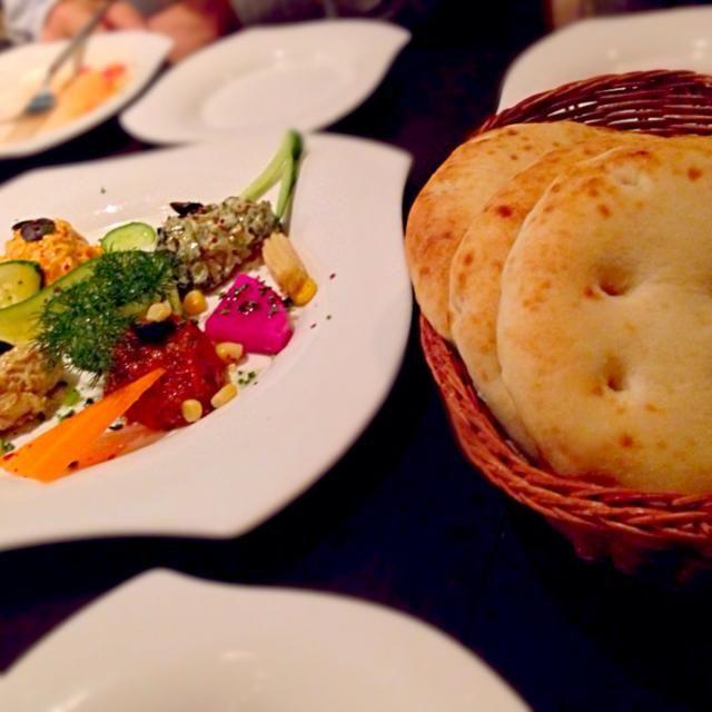 レシピとお料理がひらめくSnapDish - 5件のもぐもぐ - 「Kucuk Mecelerキュチュック・メゼ」4種類の前菜 と ピタパン Pita bread by Pixie Dust