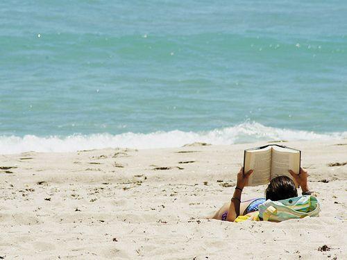 O listă cu 10 cărți noi numai bune de pus în bagajul din vara aceasta. Nu le luați pe toate, faceți o selecție și lăsați loc și de haine.