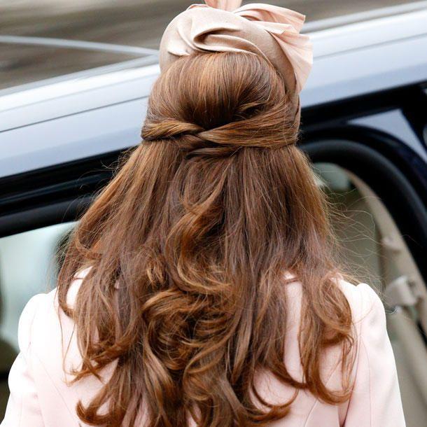 Kate trägt ihre hübschen Haare bekanntlicherweise auch gern offen. Oder halb hoch, so wie hier!