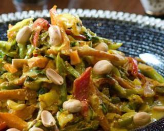 Ratatouille asiatique sautée aux cacahuètes et au gingembre : http://www.fourchette-et-bikini.fr/recettes/recettes-minceur/ratatouille-asiatique-sautee-aux-cacahuetes-et-au-gingembre.html
