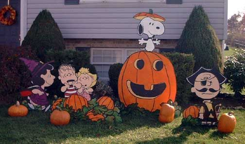 PEANUTS Great Pumpkin yard display- this reminds me of my father!
