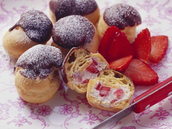Erdbeer-Profiteroles mit Schokohäubchen ist ein Rezept mit frischen Zutaten aus der Kategorie Brandteig. Probieren Sie dieses und weitere Rezepte von EAT SMARTER!