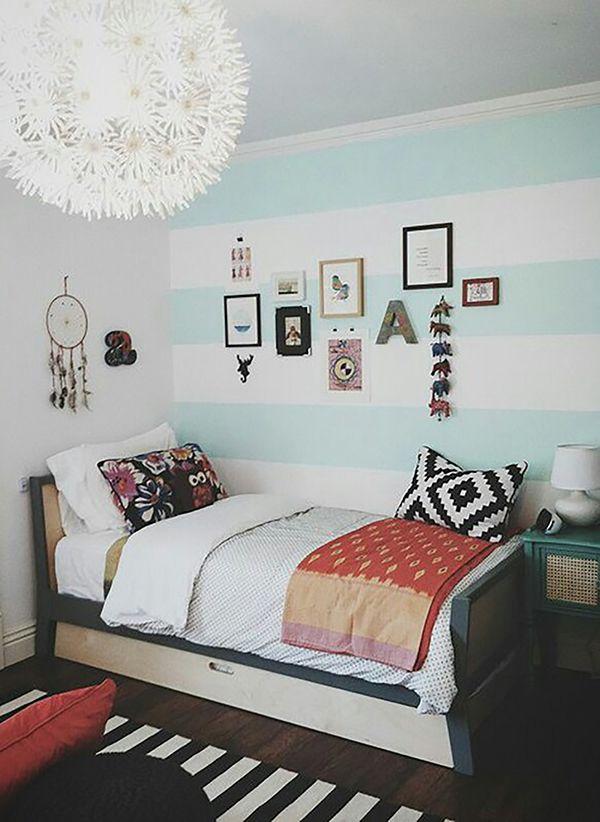 decor quarto listras azul com quadros na parede