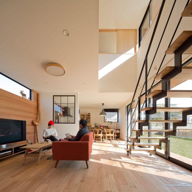 リビングのデザイン:吹抜を囲むスキップフロア住宅をご紹介。こちらでお気に入りのリビングデザインを見つけて、自分だけの素敵な家を完成させましょう。
