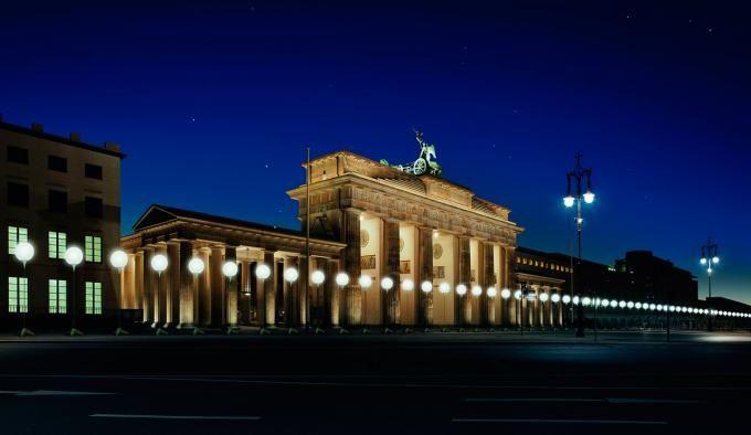 Visualization of the LICHTGRENZE at Brandenburg Gate © Kulturprojekte Berlin_WHITEvoid / Christopher Bauder. Photograph © Daniel Büche. Click above to see larger image.