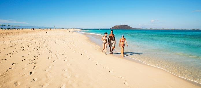 Corralejo, Fuerteventura. Det lilla fiskeläget Corralejo är ett semestermål där havet finns runt knuten. Hit reser vindsurfare från hela världen, detta är vindsurfaranas paradis.