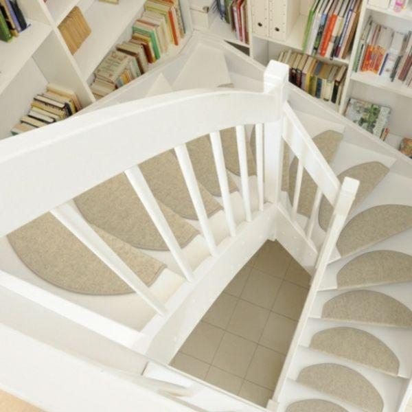 Stufenmatten in Beige auf weißen Treppen