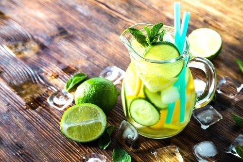 Detox-Wasser-für-einen-flachen-Bauch Zutaten      720 ml kaltes Wasser     frische Gurkenscheiben     frische Minzblätter     1/2 Zitrone in Scheiben (Bio-Qualität!)     1/4 einer Orange in Scheiben (Bio-Qualität!)