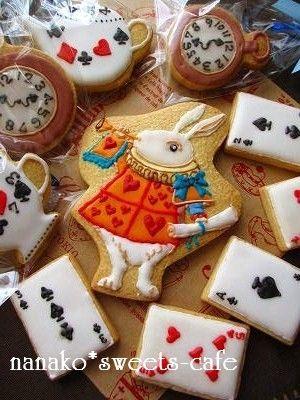 不思議の国のアリスで忙しそうに走っている白ウサギをアイシングで作ってみました!こういう一点ものの場合抜き型は無いのでナイフでカットしてクッキーを焼きます!下絵を...