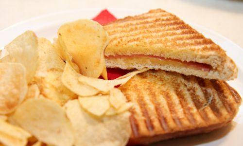 "Cafe Bar ""MALEN"" serves dishies with fine tastes."