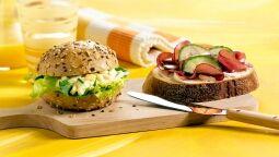 Maïsbrood met roomkaas en rookvlees (broodje rechts)