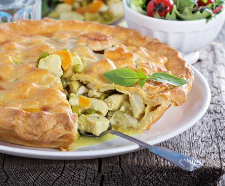 La torta di pollo è un classico della cucina inglese e britannica: si prepara molto facilmente e, al tempo stesso, assicura una grande resa.