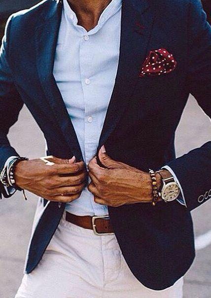 Acheter la tenue sur Lookastic: https://lookastic.fr/mode-homme/tenues/blazer-chemise-a-manches-longues-pantalon-chino/21027 — Chemise à manches longues bleue claire — Pochette de costume á pois bordeaux — Blazer bleu marine — Ceinture en cuir brun — Pantalon chino blanc