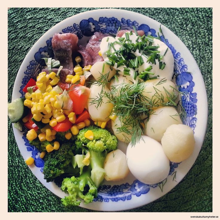 Matjessill, potatis, ägg, gräddfil och gräslök är det vanligaste sommarmaten i Sverige :D