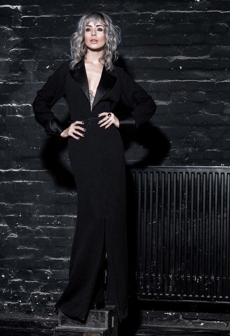 Pentru un look dramatic, Alina Ceusan a purtat aceasta rochie neagra Yves Saint Laurent. Inchiriaza rochia de seara Yves Saint Laurent de aici: www.dressbox.ro/rochii/yves-saint-laurent-sl04.html