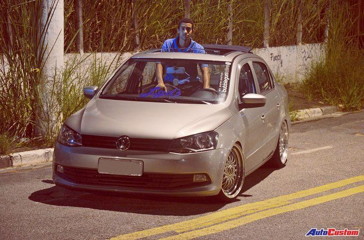 Volkswagen Voyage Trend 2014 1.6 completo, agora com algumas modificações que chamam atenção nas ruas de Taboão da Serra SP. O carro foi comprado zero quilômetro pelo Jean Michel, um dos administradores da equipe Os Largado's. Seu primeiro projeto era voltado para ao som automotivo, mas resolveu vender os alto-falantes mais potentes, deixando somente os originais, o aparelho de DVD retrátil e investiu na parte externa do veículo. A atual configuração foi iniciada pelas rodas, trocando as ...