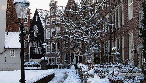 Amsterdam Begijnhof winter snow Edwin van Eis