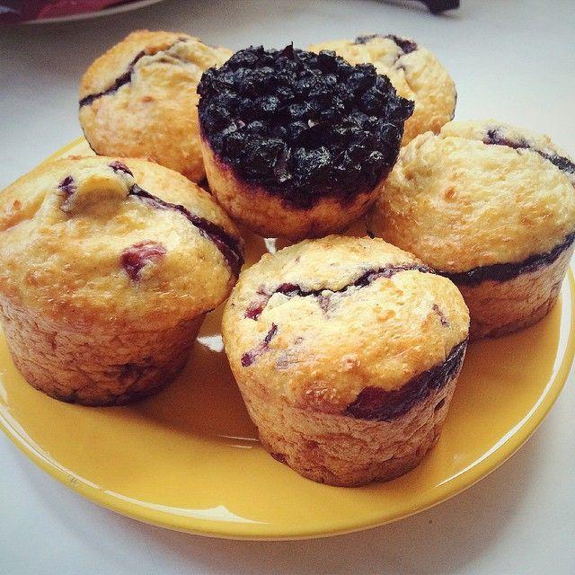 «Вкусные черничные творожники на завтрак Рецепт: смешать 70 г запаренного геркулеса, 3 яйца (из них 2 желтка), пачку Пискаревского творога 250 г,…»