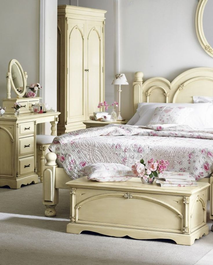 Shabby Chic Schlafzimmermöbel in creme gestrichen