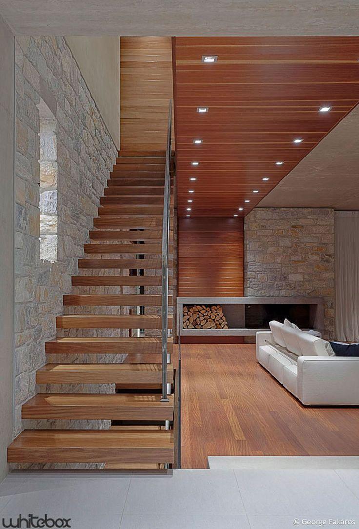 Escada. Lareira, forro e piso de madeira.