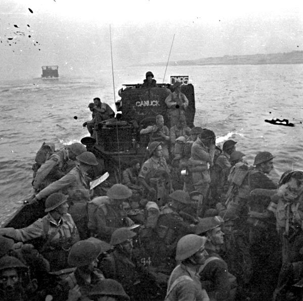 Italy (Misc.) - Personnel of the 3rd Canadian Infantry Brigade landing at Reggio di Calabria, Italy, 3 September 1943.