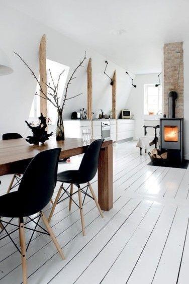 openhaard met witte houten vloer