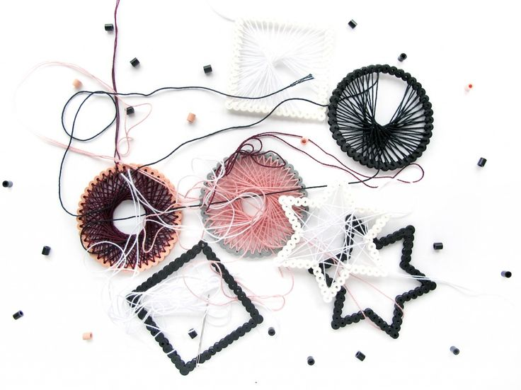 perler og string art rod på bordet Fra: http://frkhansen.dk/2014/10/string-art-hama-ophaeng.html