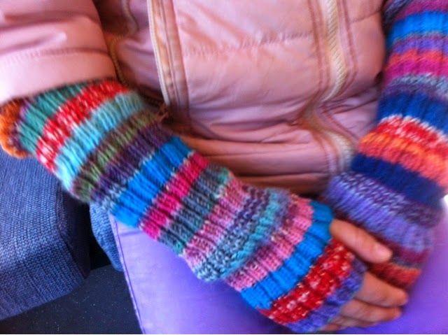 Armwarmers in scrap yarn - by GJ: Armvarmere til min datter