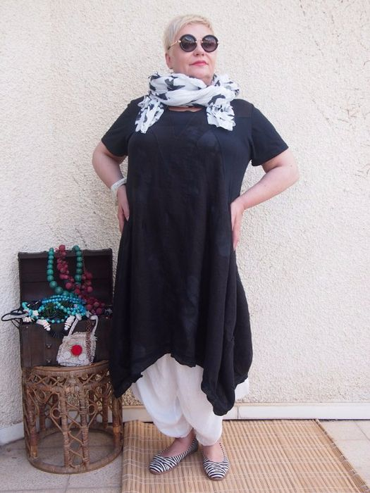 TUNIC IN BLACK, WHITE TROUSERS AND A PRINT SCARF