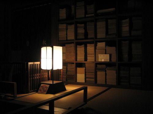 """pdl2h:nagoya:IMG_1008  江戸時代くらいの本棚、だろうか。今、ちょうどHenry Petroskiの""""The Book on the BOOK""""(邦訳『本棚の歴史』)という本を読んでるところなので、この写真を見るといろいろと考えてしまう。和書における製本方法(和綴)では今の書籍でいうところの本の背(spine)が固くならないので、現在のように本を縦にして、背表紙が前面に位置するように配置する構造にはならず、写真のように本を水平に積み重ねていくやり方が採用された、のだろうな。たぶん。"""