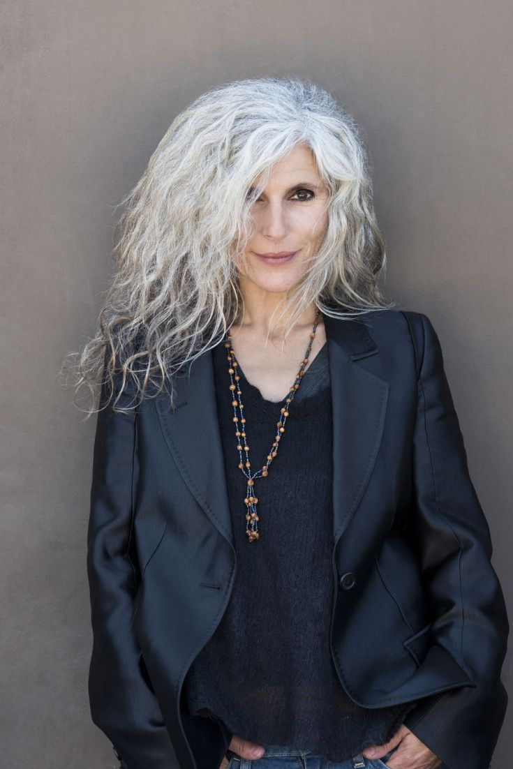 Granny Hair Vogue: Women Embrace Trend By Going Many Shades Of Grey (Mix Women Curls) Estilo Hippy, Corte Y Color, Advanced Style, Ageless Beauty, Going Gray, Aging Gracefully, Looks Style, Shades Of Grey, Beautiful People