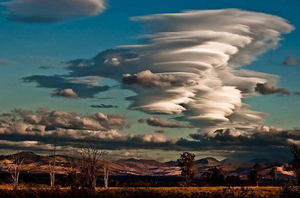 Облака над горной цепью, Квинсленд, Австралия.