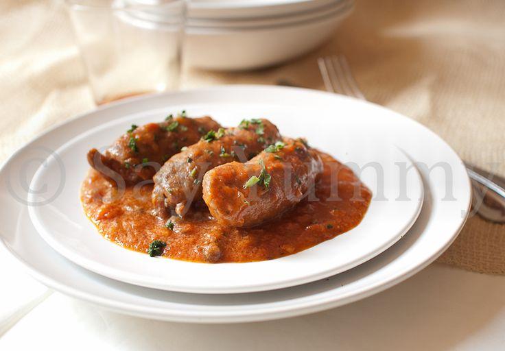 Gli involtini di carne alla pizzaiola sono un secondo piatto per tutta la famiglia. La ricetta è di facile esecuzione e gli ingredienti comuni.