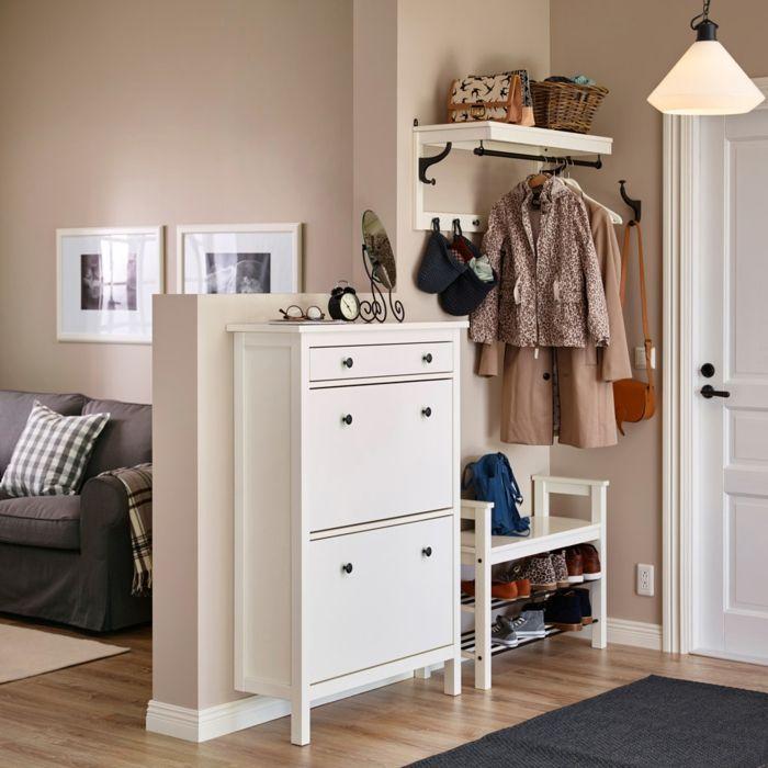recibidores originales, recibidor pequeño con zapatero alto blanco, estante de zapatos y ganchos de pared, espejo y reloj pequeño