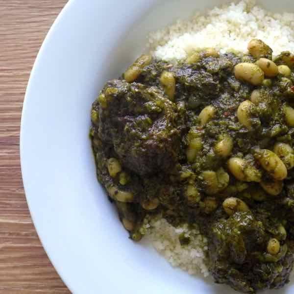 La pkaila est le plat juif tunisien le plus célèbre. Ce ragoût de boeuf, d'épinards frits et de haricots blancs, est souvent servi avec du couscous.