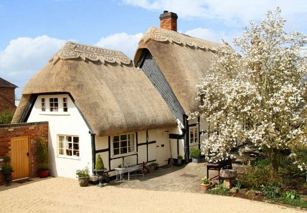 Pollyanna Cottage Cotswolds holiday rental,  see inside. Extraordinary thatched roof