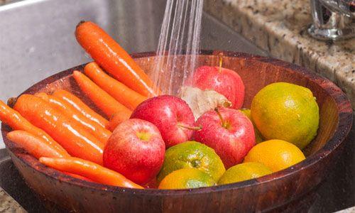 Come eliminare i pesticidi da frutta e verdura: 2 rimedi naturali per mangiare più sano tutti gli alimenti vegetali!