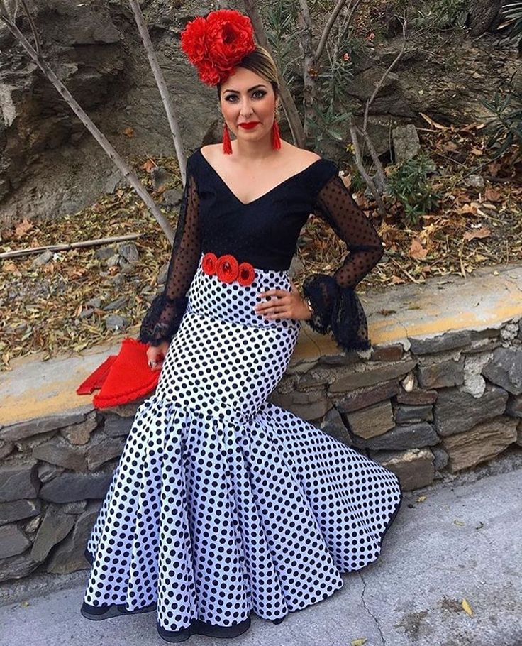 @lily_vestuarios @Arte.flamenco Falda flamenca blanca con lunar negro y camisa negra